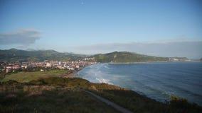 La vista sulla rottura della spiaggia ondeggia sulla spiaggia della spuma archivi video