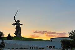 La vista sulla statua ha nominato le chiamate della patria su Mamayev Kurgan immagine stock libera da diritti
