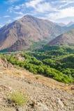 La vista sulle belle alte montagne di atlante abbellisce con la valle verde fertile ed i picchi rocciosi, Marocco, Nord Africa Fotografie Stock Libere da Diritti