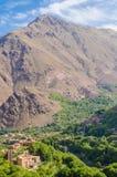 La vista sulle belle alte montagne di atlante abbellisce con la valle verde fertile ed i picchi rocciosi, Marocco, Nord Africa Immagine Stock