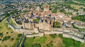 La vista superior aérea de la ciudad medieval de Carcasona y la fortaleza se escudan desde arriba, Francia fotografía de archivo