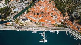 La vista superior aérea de la ciudad vieja Kotor y Boka Kotorska aúlla en el mar adriático en verano La bahía de Kotor es una del Imagen de archivo