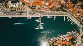 La vista superior aérea de la ciudad vieja Kotor y Boka Kotorska aúlla en el mar adriático en verano La bahía de Kotor es una del Fotos de archivo libres de regalías