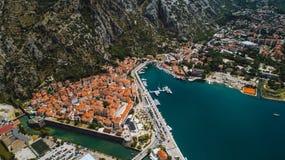 La vista superior aérea de la ciudad vieja Kotor y Boka Kotorska aúlla en el mar adriático en verano La bahía de Kotor es una del Foto de archivo libre de regalías
