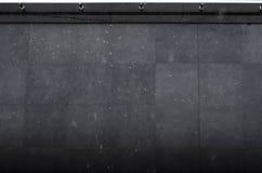 La vista superior de la gota de agua cayó en la superficie de tierra negra fotos de archivo libres de regalías