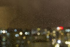 La vista superior de la gota de agua cayó en la ventana fotografía de archivo libre de regalías