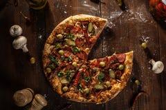 La vista superior de la pizza cocida fresca sin rebanada sirvió en etiqueta de madera Imagenes de archivo