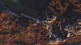 La vista superior de las montañas, las rocas y el mar con turquesa riegan noruega metrajes