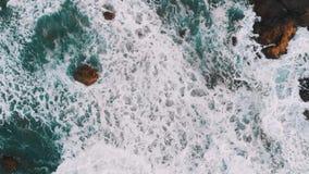 La vista superior de las rocas en el agua, las ondas gigantes golpeó la playa de Benijo de la costa, Tenerife, islas Canarias, Es almacen de video