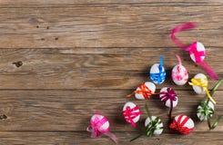 La vista superior de los huevos de Pascua adornó arcos Fotografía de archivo libre de regalías