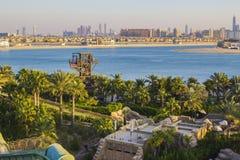 la vista superior de los toboganes acuáticos y el Golfo Pérsico del agua parquean Fotografía de archivo libre de regalías