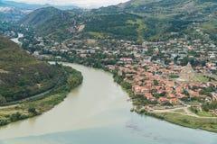 La vista superior de Mtskheta, de la ciudad antigua en Georgia en la confluencia de los ríos Mtkvari y Aragvi Imagenes de archivo
