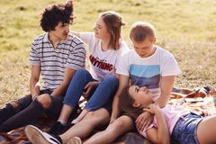 La vista superior de pares adolescentes sonrientes felices mira uno a con gran amor, toma cuidado, disfruta de unidad, calienta d Imagen de archivo