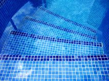 La vista superior de la piscina curvó las escaleras con la reflexión del árbol en el agua foto de archivo libre de regalías