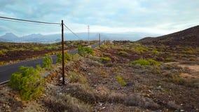 La vista superior de un coche monta a lo largo de un camino del desierto almacen de video