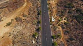 La vista superior de un coche monta a lo largo de un camino del desierto en Tenerife, islas Canarias, España almacen de metraje de vídeo