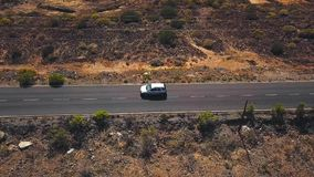 La vista superior de un coche monta a lo largo de un camino del desierto en Tenerife, islas Canarias, España metrajes