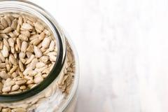 La vista superior de un tarro llenó de las semillas de girasol fotografía de archivo libre de regalías