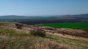 La vista superior de un valle entre las montañas balcánicas en spr temprano Fotos de archivo