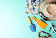 La vista superior de vacaciones vara los accesorios de las vacaciones de verano de la moda en fondo rosado del color en colores p imagen de archivo libre de regalías