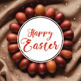 la vista superior del bastidor del círculo hecha de pollo pintado eggs con la inscripción feliz de Pascua libre illustration
