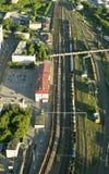 La vista superior del ferrocarril y la estación ajustan Imagen de archivo libre de regalías