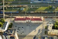 La vista superior del ferrocarril y la estación ajustan Fotografía de archivo