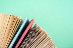 La vista superior del libro encuadernado colorido brillante reserva en un círculo Fotografía de archivo libre de regalías