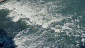 La vista superior del mar tropical agita con espuma Corriente salvaje, superficie del océano Vista superior al agua azul Cámara l almacen de video