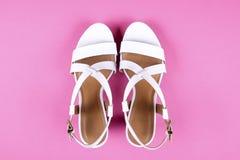 La vista superior del medio femenino de moda se inclinó los zapatos de cuero del ` s de las mujeres de colores en colores pastel  Fotos de archivo