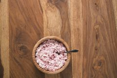 La vista superior del requesón con crema agria y el arándano atascan en el cuenco de madera en la tabla Foto de archivo