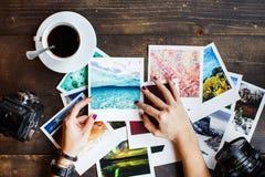La vista superior del ` s de las mujeres da sostener las fotos impresas Imagen de archivo libre de regalías