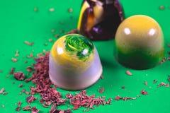 La vista superior del sistema de dulces hermosos y deliciosos del chocolate adornados con el chocolate clasificado desmenuza Foto de archivo libre de regalías