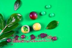 La vista superior del sistema de dulces hermosos y deliciosos del chocolate adornados con el chocolate clasificado desmenuza Imágenes de archivo libres de regalías