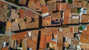 La vista superiore aerea di zona residenziale alloggia i tetti e le vie da sopra, vecchia città medievale, Francia Immagine Stock Libera da Diritti