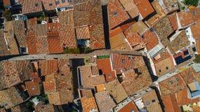 La vista superiore aerea di zona residenziale alloggia i tetti e le vie da sopra, vecchia città medievale, Francia Fotografia Stock