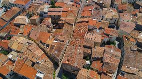 La vista superiore aerea di zona residenziale alloggia i tetti e le vie da sopra, vecchia città medievale, Francia Fotografie Stock Libere da Diritti