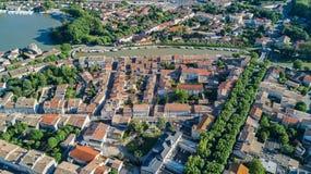 La vista superiore aerea di zona residenziale di Castelnaudary alloggia i tetti, le vie ed il canale con le barche da sopra, vecc Fotografia Stock Libera da Diritti