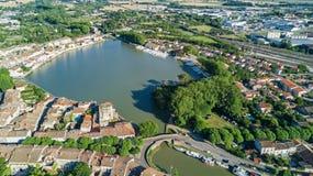 La vista superiore aerea di zona residenziale di Castelnaudary alloggia i tetti, le vie ed il canale con le barche da sopra, vecc Immagini Stock Libere da Diritti
