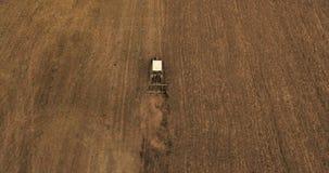 La vista superiore aerea sul raccolto sistema con il trattore funzionante stock footage