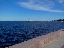 La vista superiore all'argine del lago Onego a Petrozavodsk, Carelia, Russia immagini stock libere da diritti