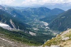 La vista superiore alla valle verde in alpi francesi Immagine Stock