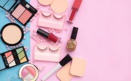 La vista superiore compone i cosmetici del prodotto sul fondo di colore Copi la stazione termale Fotografia Stock Libera da Diritti