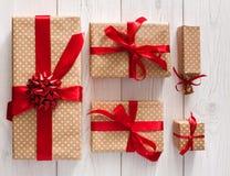 La vista superiore dei contenitori di regalo ha isolato il bianco Immagine Stock