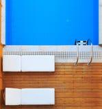 La vista superiore dei lettini si avvicina alla piscina privata Fotografie Stock Libere da Diritti