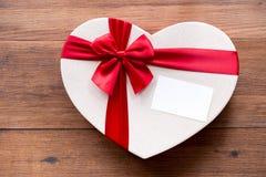 La vista superiore del regalo del presente di festa con il nastro rosso e svuota la carta bianca Fotografia Stock Libera da Diritti