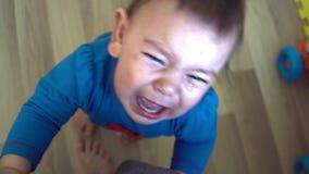 La vista superiore del ritratto dell'infante emozionale stesso tiene le gambe della madre video d archivio