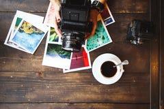 La vista superiore del ` s delle donne passa le foto stampate tenuta Fotografia Stock
