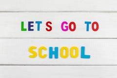 La vista superiore del ` s Let va a scuola l'espressione sul fondo di legno immagine stock libera da diritti