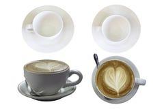 La vista superiore del vetro e del caffè espresso caldo del caffè ha completato con un latte in forma di cuore su un fondo bianco immagini stock libere da diritti